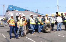Construction workers on the Lane Field site watch the groundbreaking ceremony. Photo by Chris Jennewein