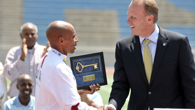 Meb Keflezighi shakes hands with Mayor Kevin Faulconer after receiving the key to the city.