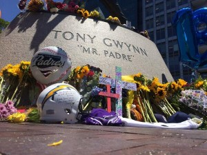 Tony Gwynn statue after the announcement of his death. Photo credit: San Diego Chargers/Twitter.