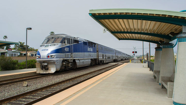 An Amtrak Pacific Surfliner passes through Carlsbad. Photo via Wikimedia Commons