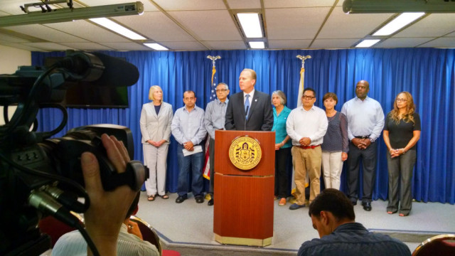 Mayor Kevin Faulconer announces his veto of the minimum wage ordinance approved by the City Council. Photo by Chris Jennewein