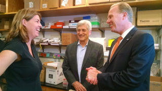 Dr. Erica Ollmann Saphire (left), Scripps Research acting President James C. Paulson and Mayor Kevin Faulconer in a laboratory . Photo by Chris Jennewein