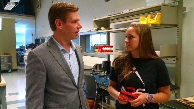 Sara Jacobs Gewinnt Rückendeckung von Ex-Präsidentschaftskandidat Swalwell in CA53