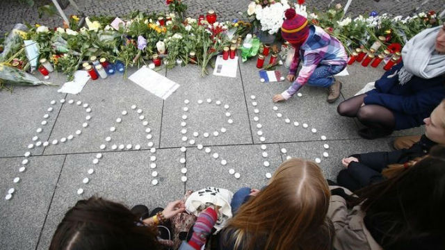 People light candles outside the French embassy in Berlin. REUTERS / Hannibal Hanshke