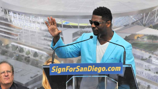 Former Chargerss running back LaDainian Tomlinson took a moment to honor #55 Junior Seau, who he said was with the fans in spirit. Photo by Chris Stone