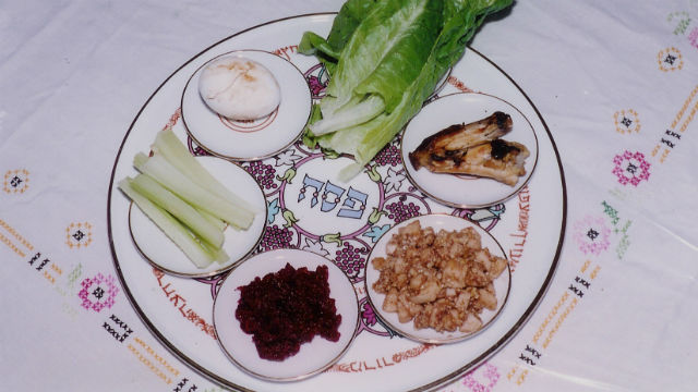 A Seder plate with symbolic foods. Photo by Yoninah via Wikimiedia Commons