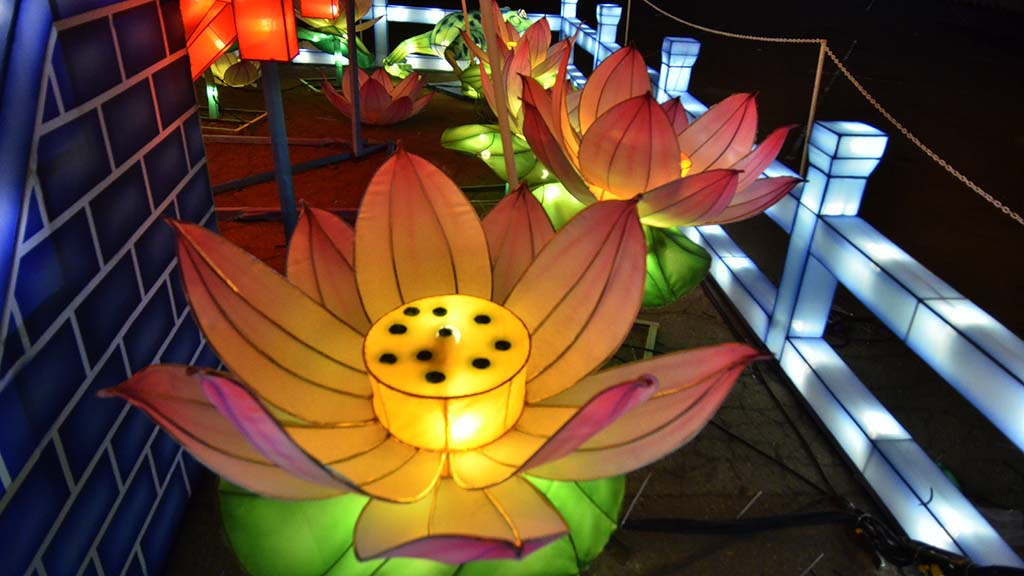 The Chinese lanterns depicts international landscapes and landmarks.