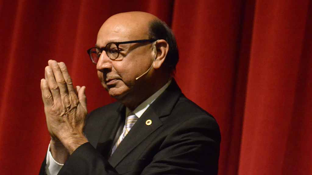 Khizr Khan thanks the audience after his talk at the Lawrence Family Jewish Community Center.