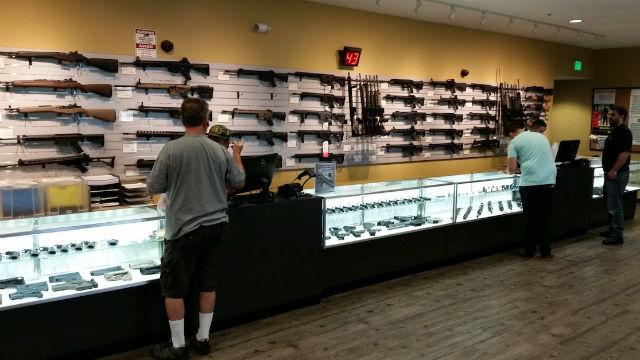 Ο σερίφης Προσπαθεί Μέλος Καθοδήγηση σχετικά με San Diego Όπλο Καταστήματα Μέσα COVID-19 Κρίσης