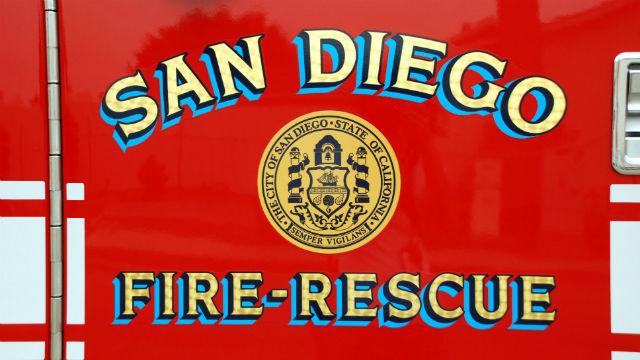 Feuerwehr Kampf Nächtliche Feuersbrunst in Verlassenen Barrio Logan Lager