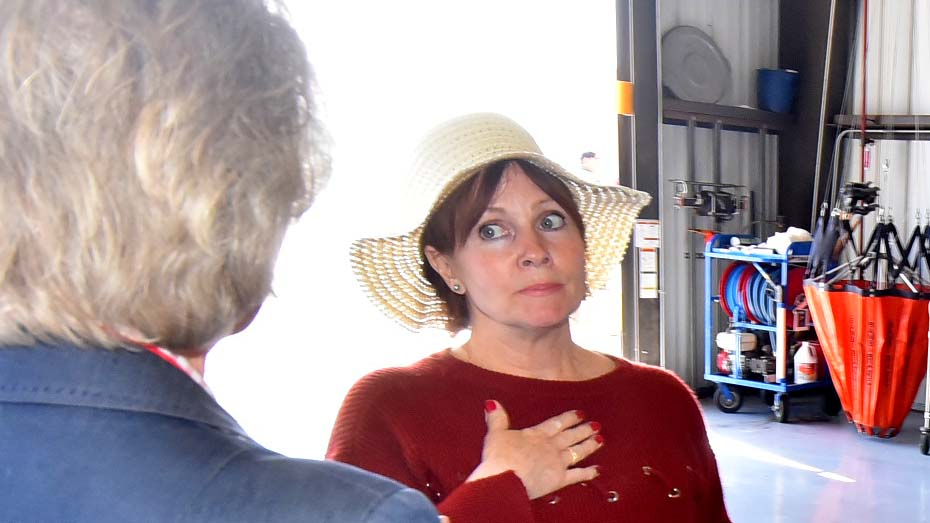 Lori Foss of Julian listens to Supervisor Dianne Jacob.