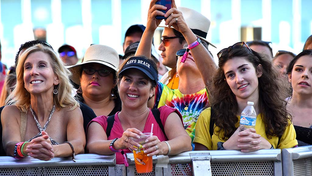 Fans of Melissa Etheridge watch her perform at KAABOO.