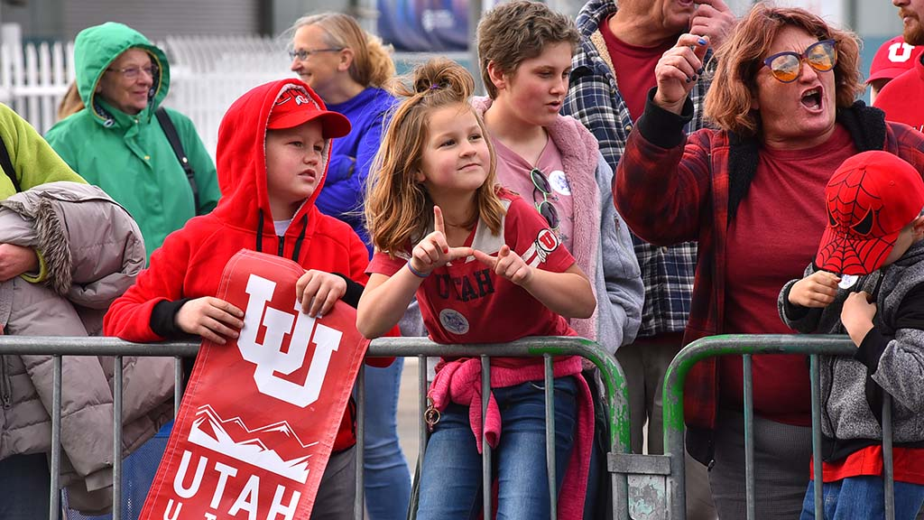 Utes fans cheer along Holiday Bowl Parade route.