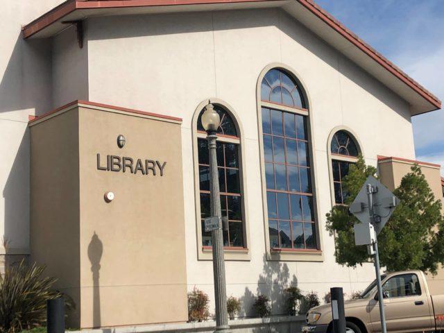 Κομητεία Του Σαν Ντιέγκο Βιβλιοθήκες Προσφέρουν Curbside Βιβλίο Παραλαβής Κατά Τη Διάρκεια Της Πανδημίας
