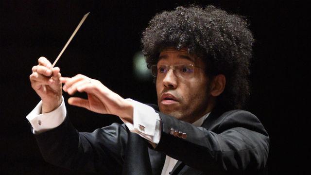 Rafael Payare conducts