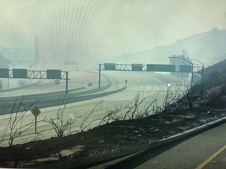 Evakuasi besar-besaran Berakhir di LA San Fernando Valley sebagai petugas Pemadam kebakaran Membuat Kemajuan