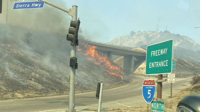 Api besar di LA San Fernando Valley Hanya 13% yang Terkandung