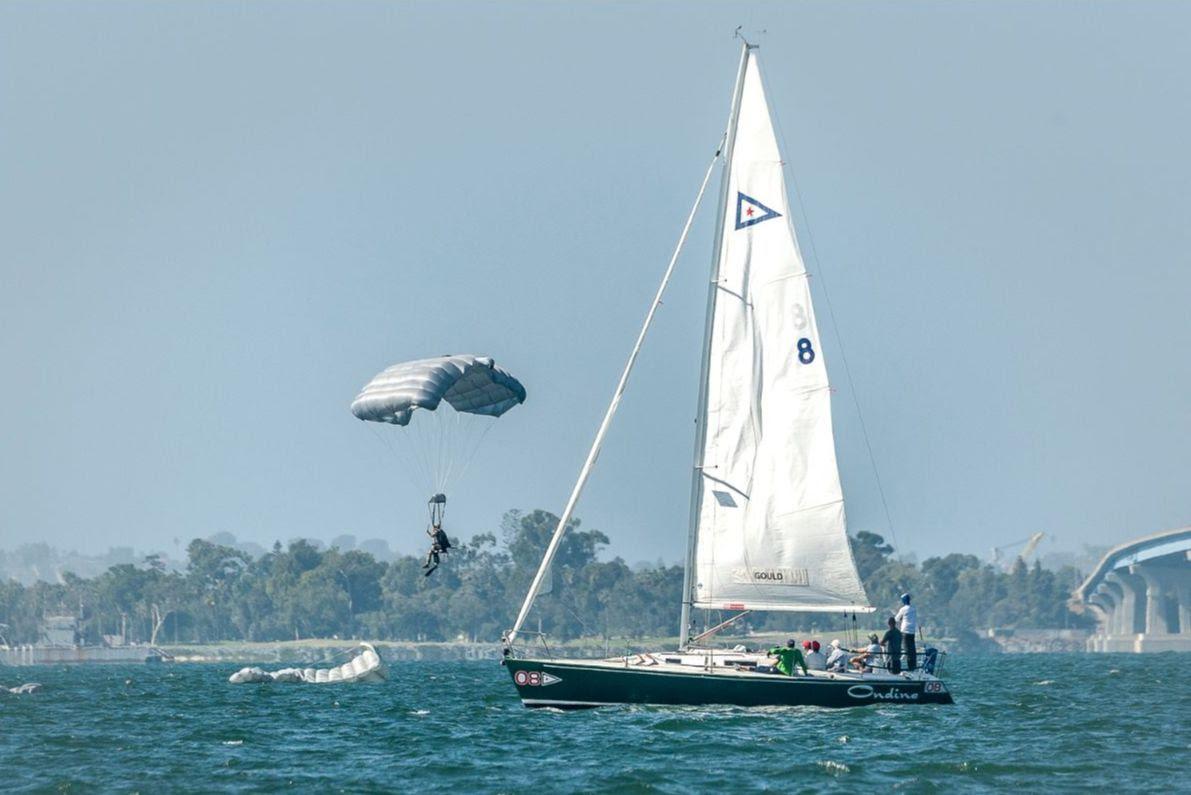 Nakhoda Menikmati Kejutan Splash Down oleh Angkatan laut Saat Mereka Menghadapi Off dalam Master Regatta