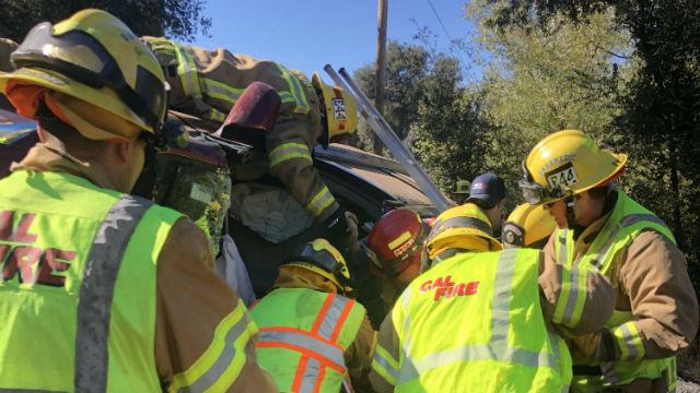 Cal Feuer-Personal Frei 2 Gefangen im Umgestürzten Minivan in Cuyamaca