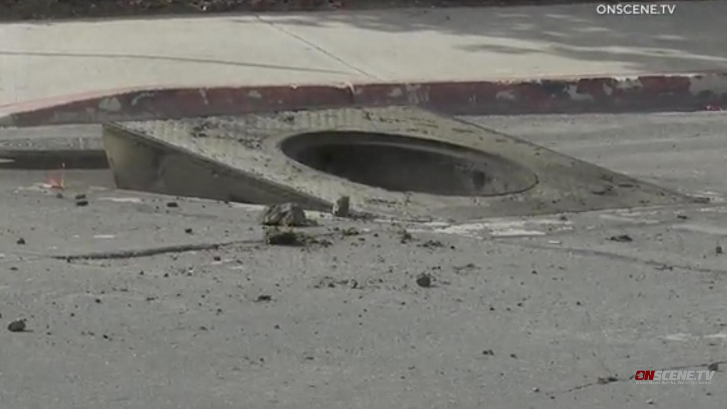 地下爆発送るマンホールカバーを飛ぶサンディエゴのダウンタウン