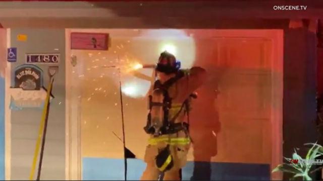Τρεις-Συναγερμός Πυρκαγιάς Προκαλεί Εκτεταμένες Ζημιές σε Encinitas Σπίτι