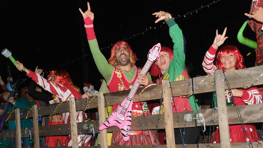 Red and green were the hang-loose motif of this Christmas-themed music unit.