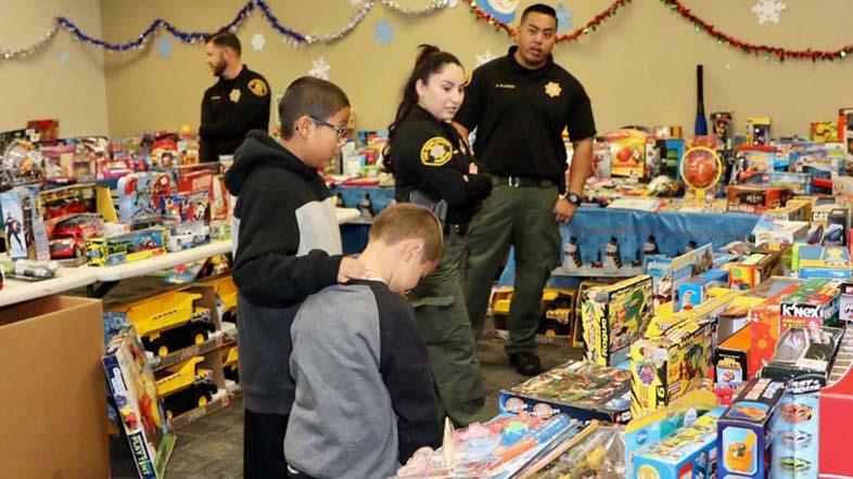 Bewährungshelfer Spielen der Weihnachtsmann und die Elfen für 112 San Diego County Kinder