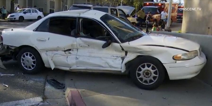 Mehrere Autofahrer Verletzt, Darunter auch Kinder, die in College Grove Way Absturz