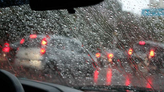 寒風にシャワー、山雪のサンディエゴ郡