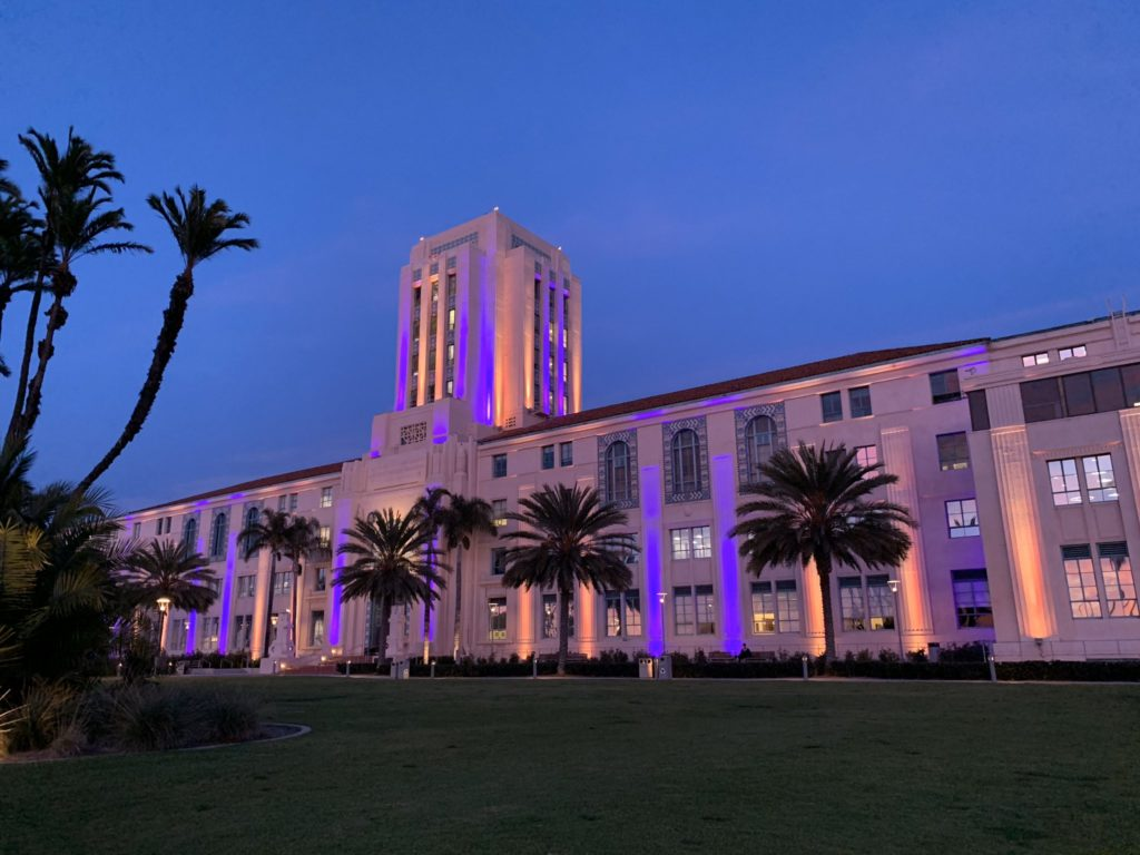 County Building Ganz in Lila und Gold zu Ehren Kobe Bryant