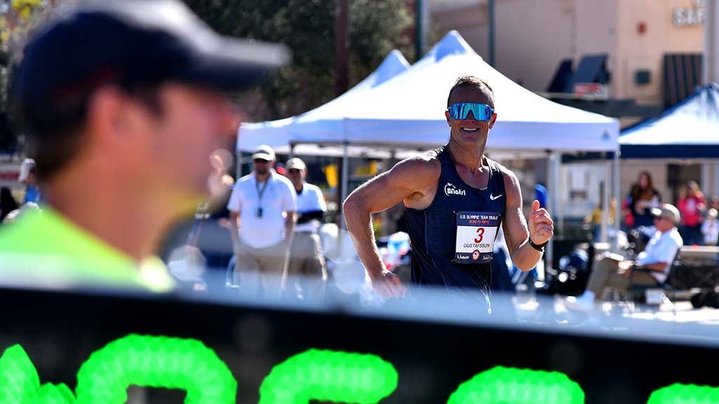 Andreas Gustafsson smiles at spectators as he nears final lap of 50K.