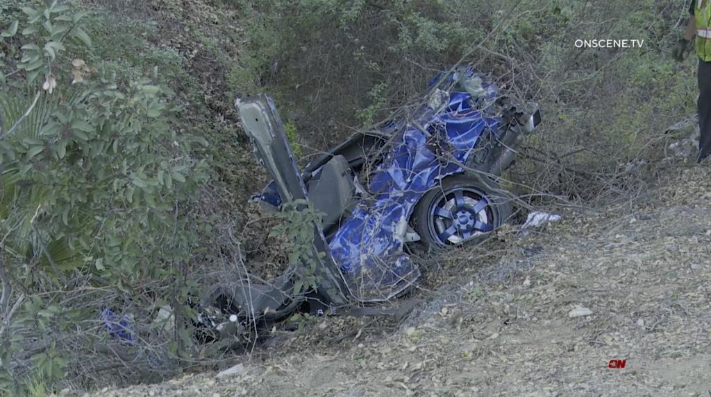 Ein Mann, eine Frau Sterben, Wenn Sie Auto Fährt Böschung Hinunter in Fallbrook