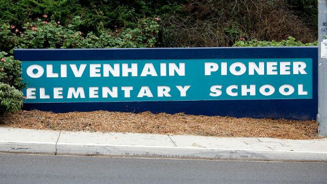 Πρόσωπο σε Δημοτικό Σχολείο στο Olivenhain Συμβάσεις Coronavirus