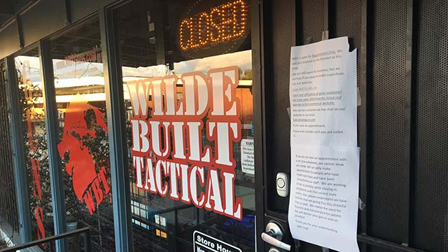 Σερίφη Γκορ: Σαν Ντιέγκο Όπλο Καταστήματα Μπορούν να Παραμείνουν Ανοιχτά, Αλλά με Περιορισμούς