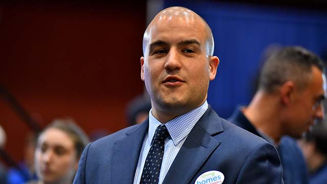 Stadtrat-Kandidat Kelvin Barrios Tests Positiv für Coronavirus