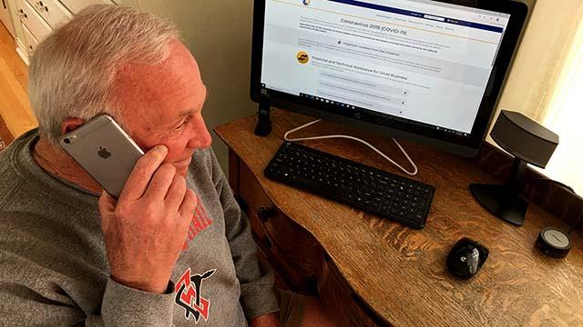Jerry Sanders di Rumah: FaceTime dengan cucu-Cucu Mengangkat Mantan Walikota, Kepala Polisi