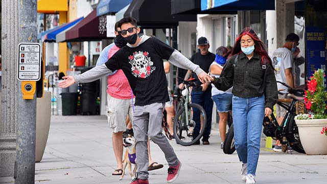 About 30 percent of people on the streets in downtown Coronado wore masks. Photo by Chris Stone