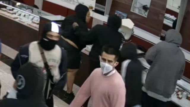 Looters in the La Mesa jewelry store